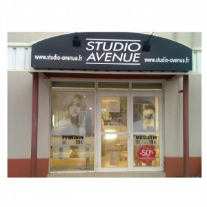 panneaux-enseigne-publicitaire-pour-un-salon-de-coiffure-total-covering-de-vehiculestotal-covering-de-voiture-